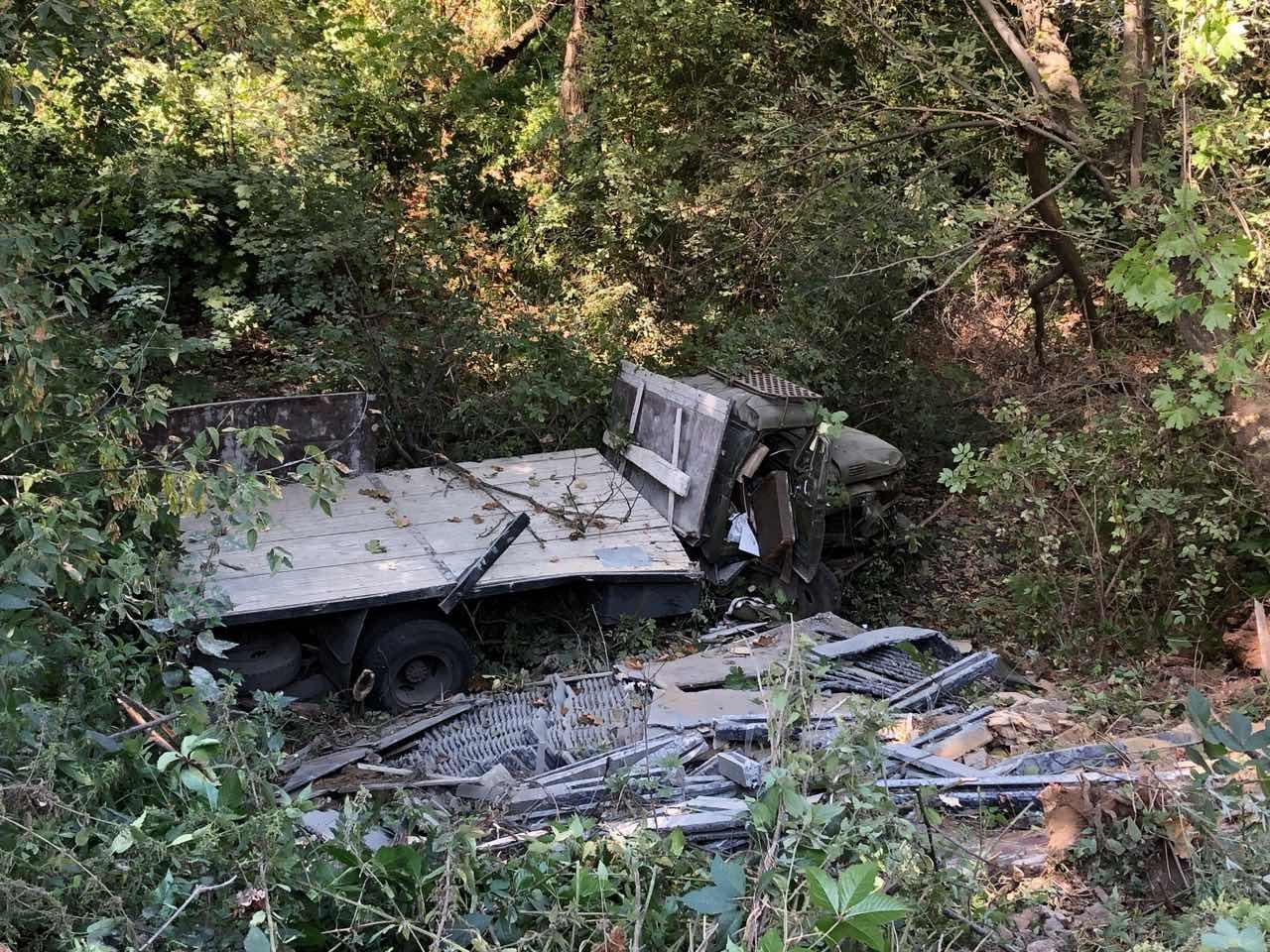 У Вінниці вантажівка злетіла з дороги (Фото)
