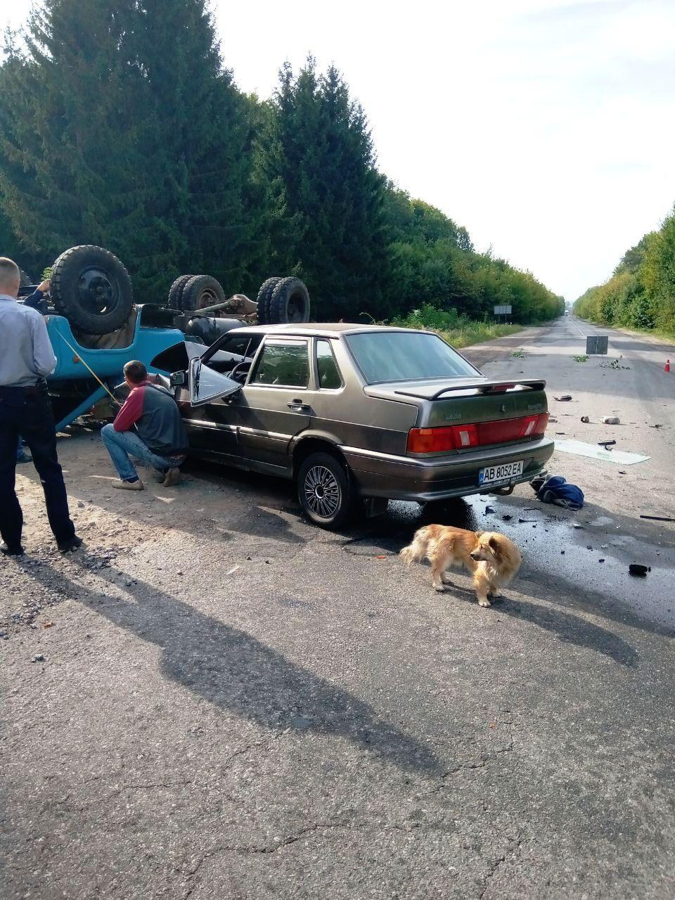 ДТП у Хмільнику: від зіткнення з легковиком ГАЗ перекинувся на дах (Фото)