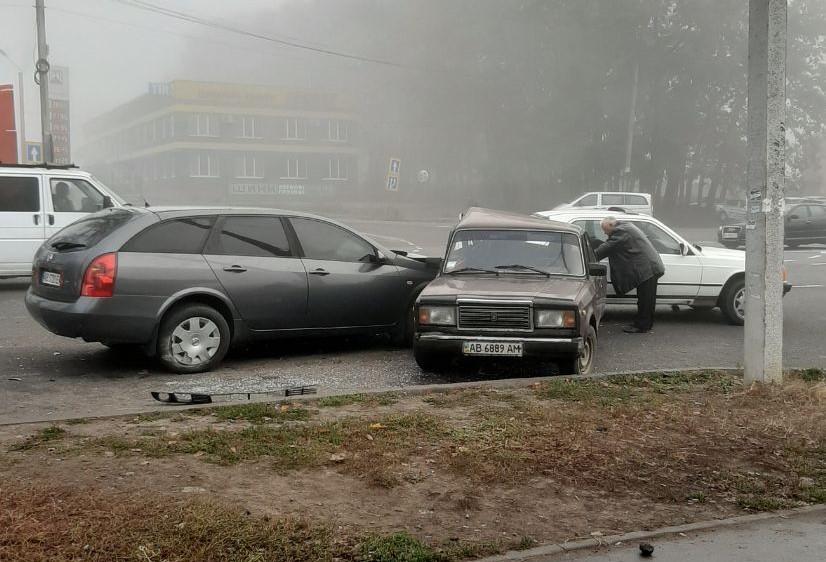 ДТП на Барському шосе: водій Nissan влетів у припарковані авто (Фото+Відео)