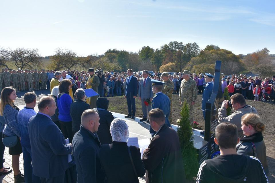 У Хмільницькому районі відкрили пам'ятник льотчикам, які розбилися під час авіакатастрофи (Фото)