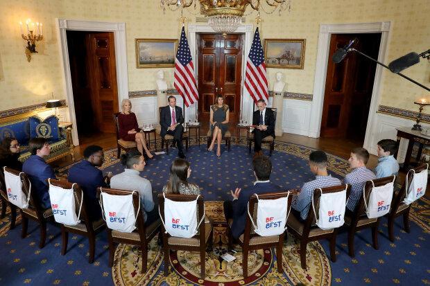 В элегантном платье и с новым цветом волос: Мелания Трамп встретилась с американскими подростками