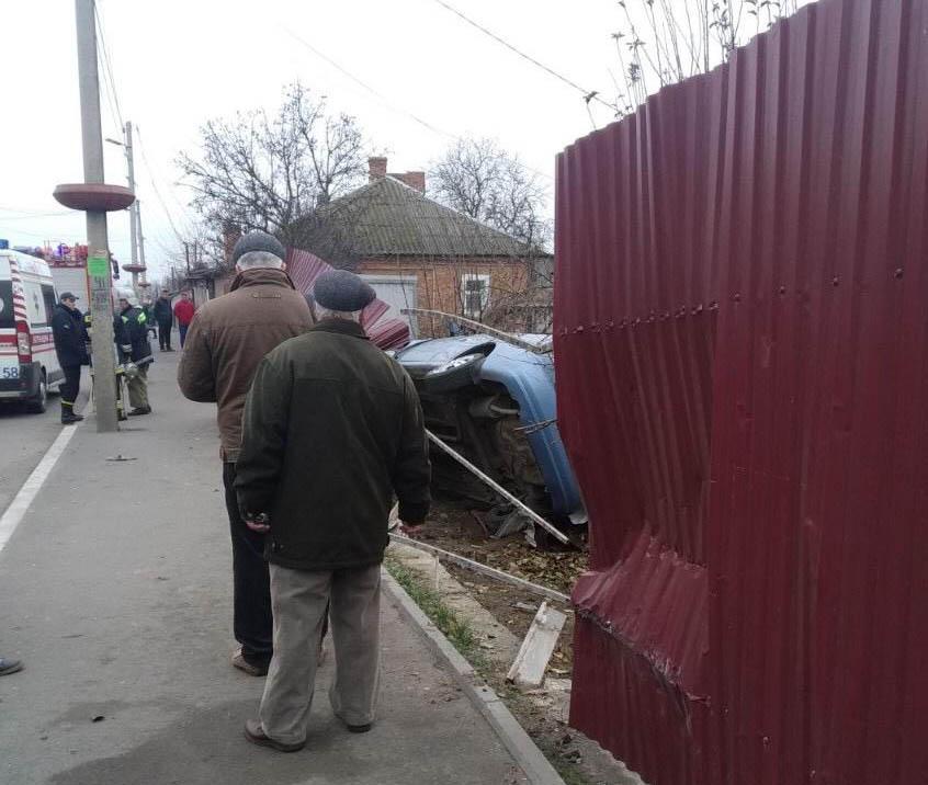 У Гайсині водій наChevroletAveo збив двох людей на тротуарі та перекинувся (Фото)
