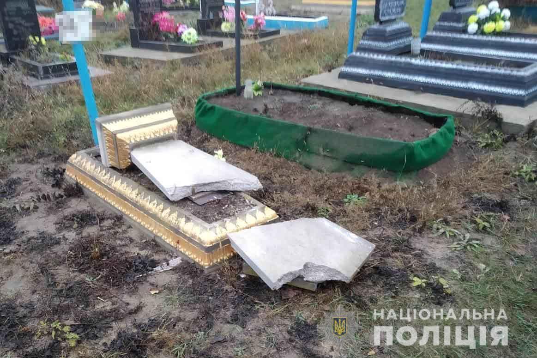 У Чечельнику затримали вандала, який пошкодив надгробки на двох кладовищах (Фото)