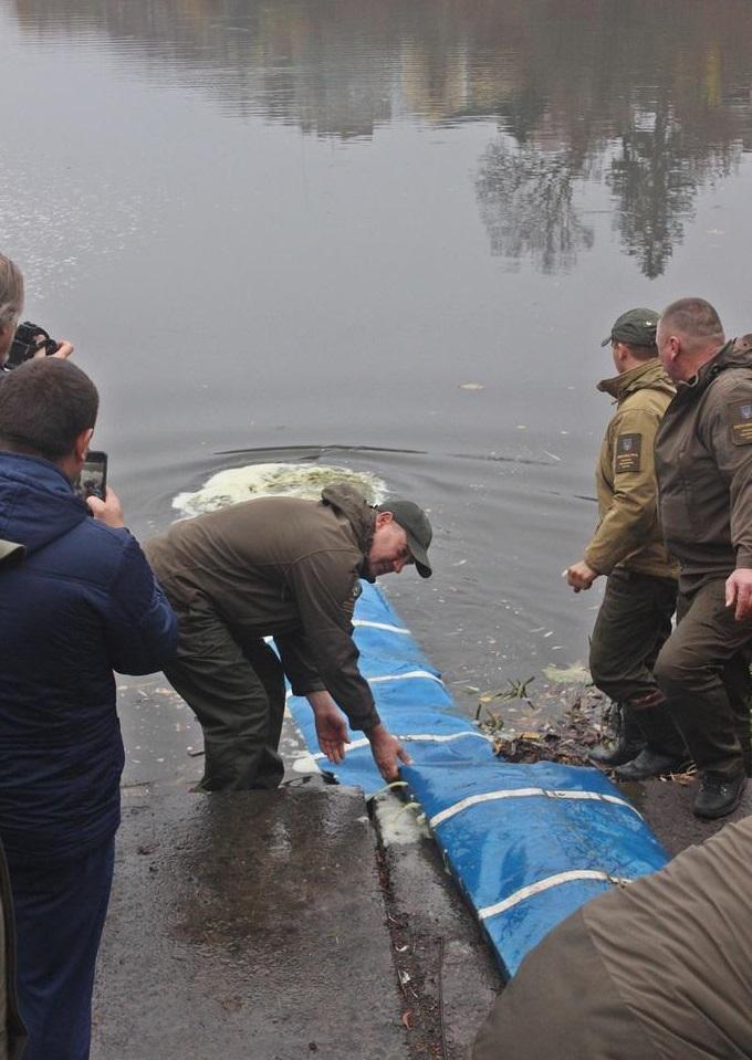 У Вінниці до Південного Бугу запустили 300 тисяч мальків риби (Фото)