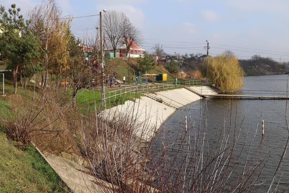 На набережній озера по вулиці Волошковій висадили тисячу тюльпанів (Фото)