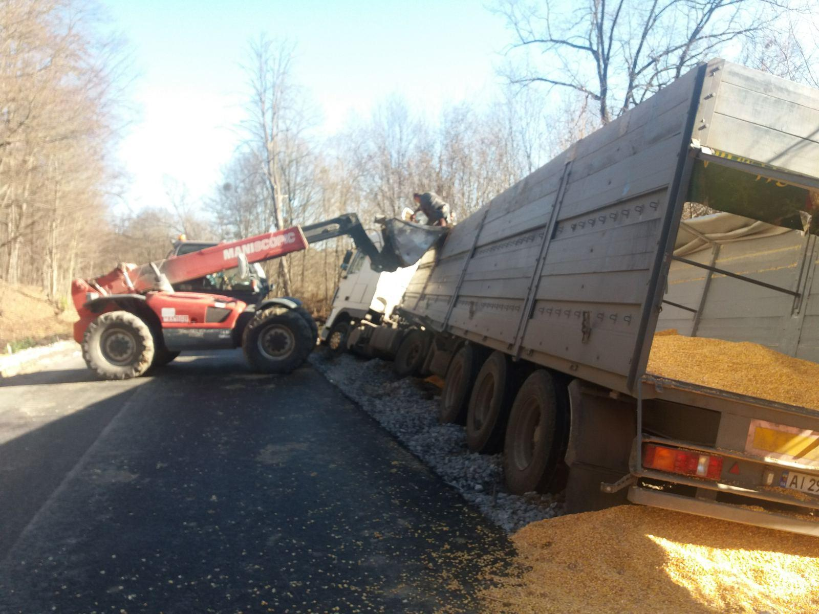 На Вінниччині вантажівка, яка перевозила 30 тонн кукурудзи, злетіла у кювет (Фото)