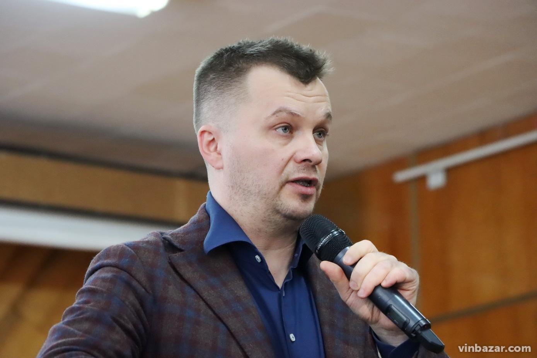 Гострі запитання: у Вінниці міністр Милованов спробував пояснити аграріям навіщо їм ринок землі (Фото+Відео)