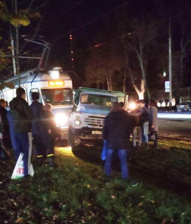 У Вінниці ЗІЛ зіштовхнувся з трамваєм (Фото+Відео)