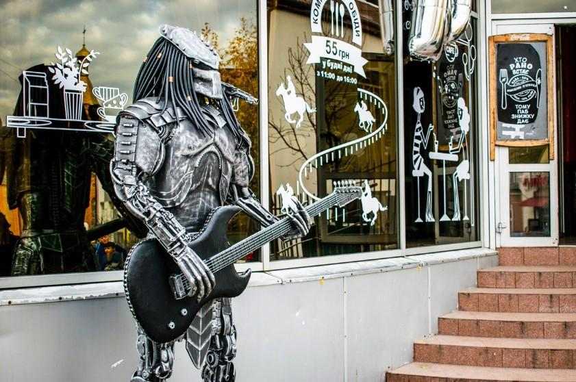 У Жмеринці поряд з вокзалом встановили металеву скульптуру Хижака з гітарою (Фото)
