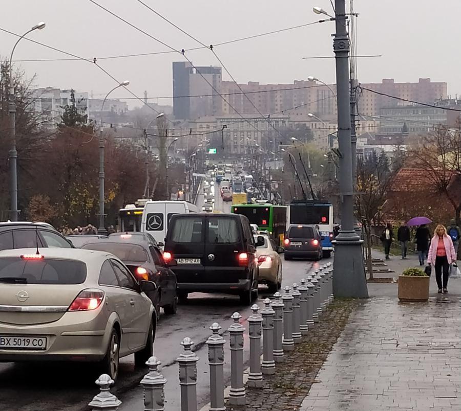 На Центральному мосту сталася масова ДТП (Фото+Відео)