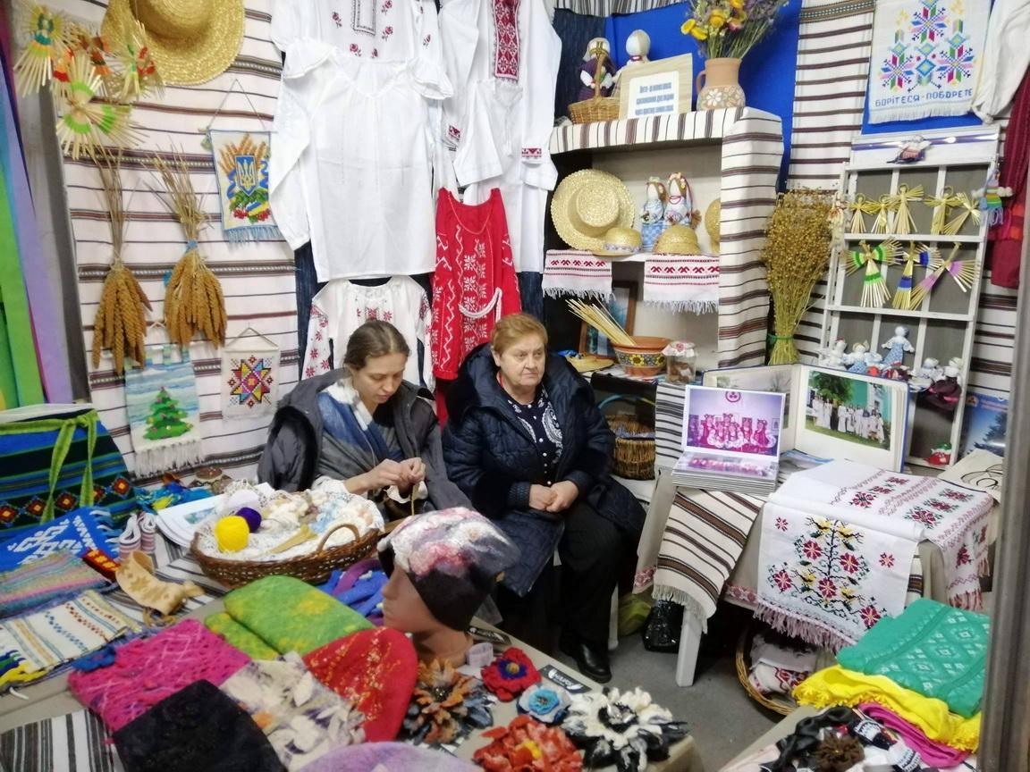 """У Вінниці відкрилася виставка майстрів з інвалідністю """"Душею створена краса"""" (Фото)"""