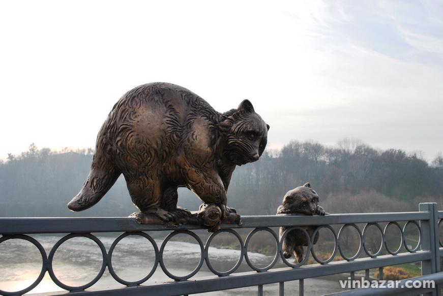 На Київському мосту встановили нові скульптури у вигляді єнотів (Фото)