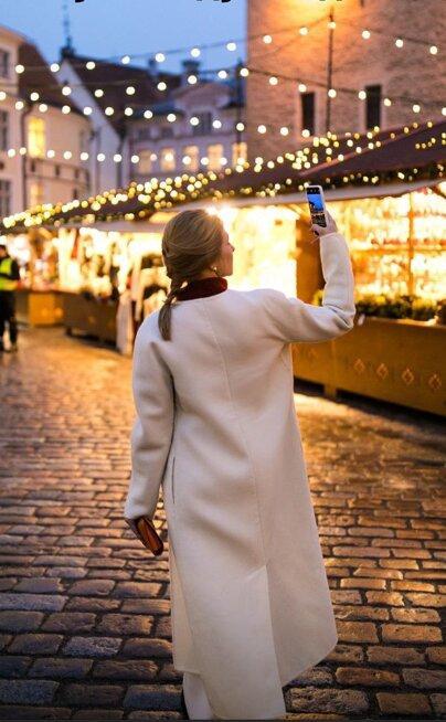 Елена Зеленская в романтическом образе прогулялась по улицам вечернего города