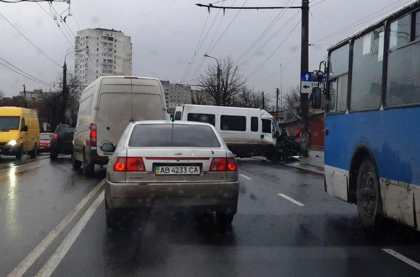 На Київській мікроавтобус врізався у стовп та зачепив ще одне авто (Фото)