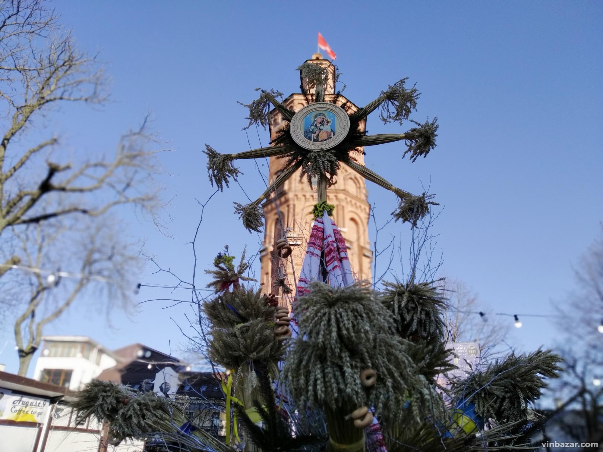На Європейській площі встановили різдвяного дідуха (Фото)