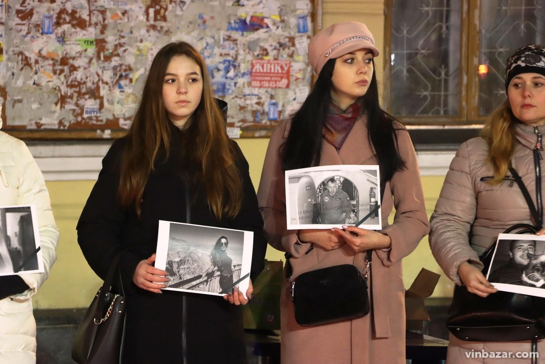 У Вінниці люди вийшли на акцію, щоб вшанувати жертв авівакатастрофилітака МАУ (Фото)