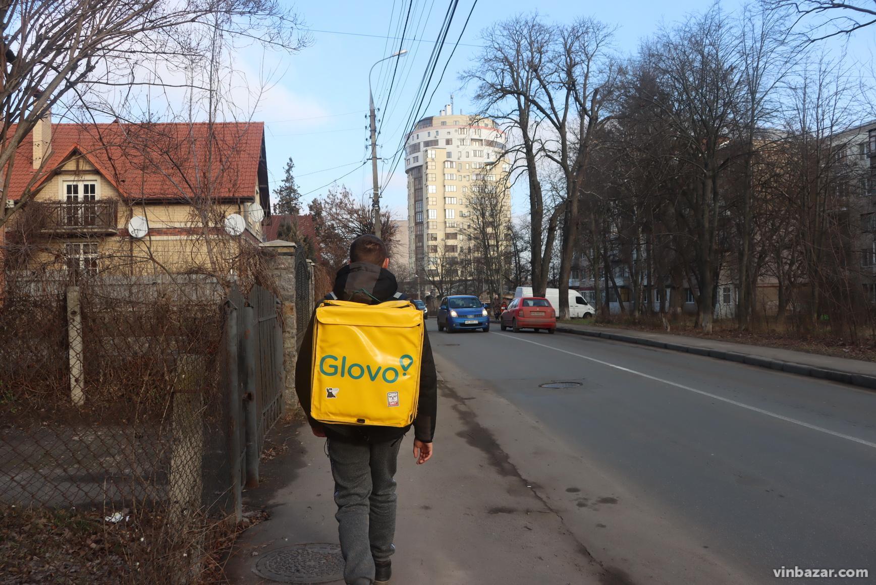 """Хто такі """"гловери"""", або чому Вінницю заполонили люди з жовтими рюкзаками (Фото)"""