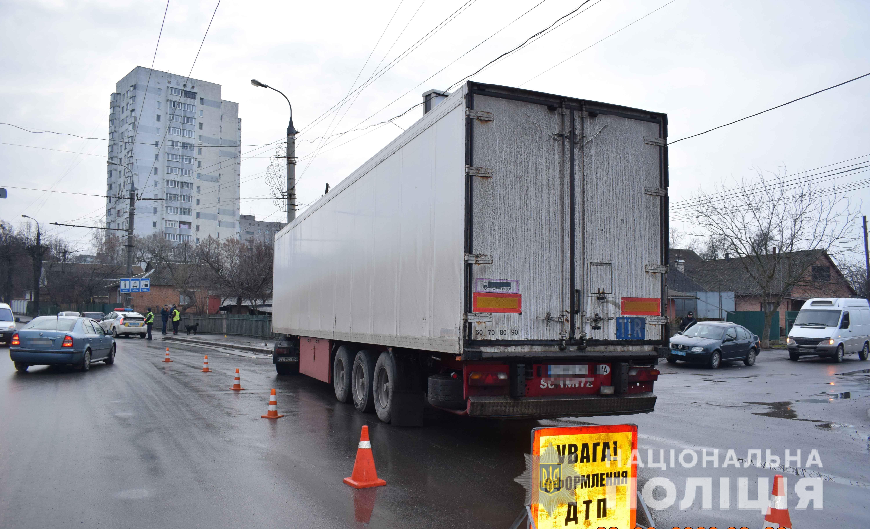У Вінниці вантажівка зіткнулася з електроопорою. Водій загинув на місці ДТП (Фото)