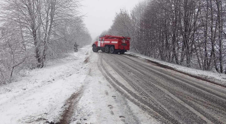 На Вінниччині через снігопад пасажирський автобус з'їхав з траси (Фото)