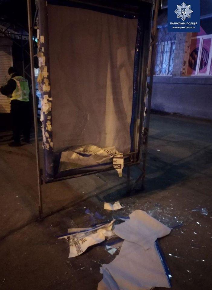 Двоє п'яних чоловіків розбили рекламний щит на Київській (Фото)