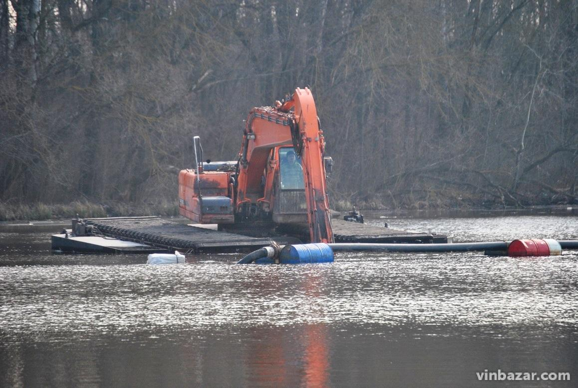 У Вінниці чистять дно Південного Бугу. Роботи коштують 60 мільйонів гривень (Фото+Відео)