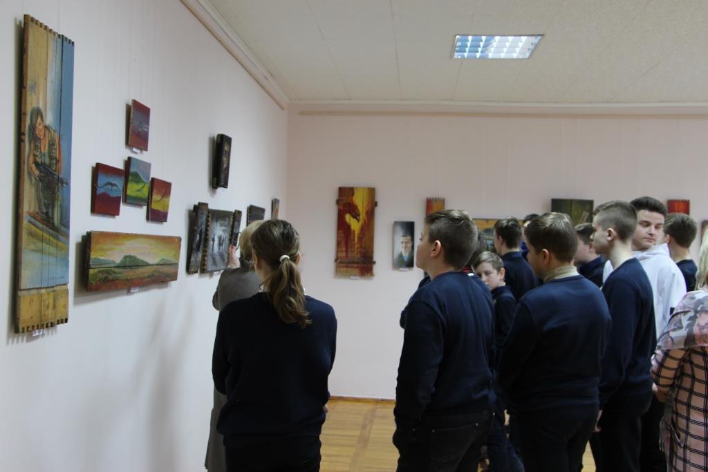 У Вінниці відкрилася виставка фронтових картин. Замість полотна - частини ящиків від боєприпасів (Фото)