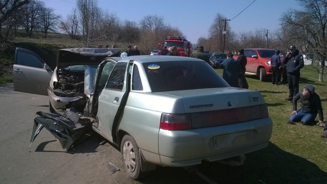 На Вінниччині зіткнулися Toyota та ВАЗ. Травмованого водія затисло в салоні (Фото)