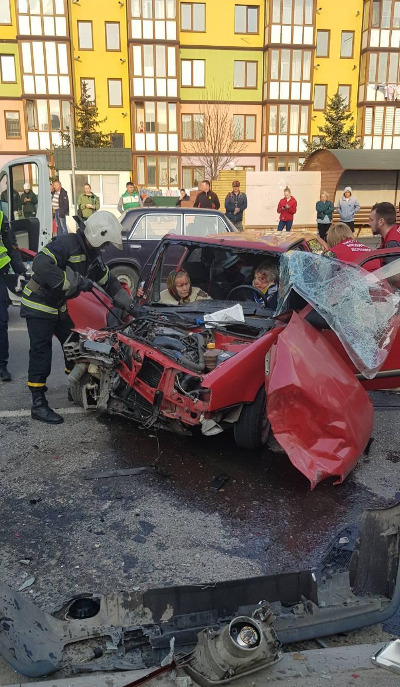 Біля авторинку у Вінниці потрійна ДТП. Є постраждалі (Фото+Відео)