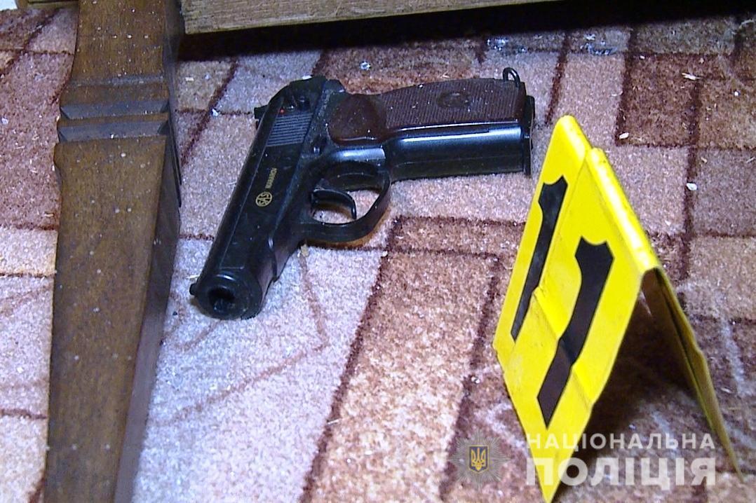 У Шаргороді чоловік влаштував стрілянину. Поранені 4 поліцейські (Фото)