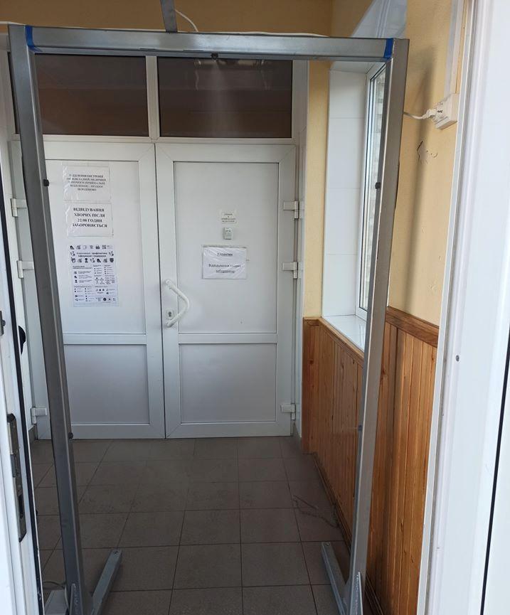 У Барі виготовляють рамки, які автоматично дезінфікує всіх, хто входить до приміщення (Фото+Відео)