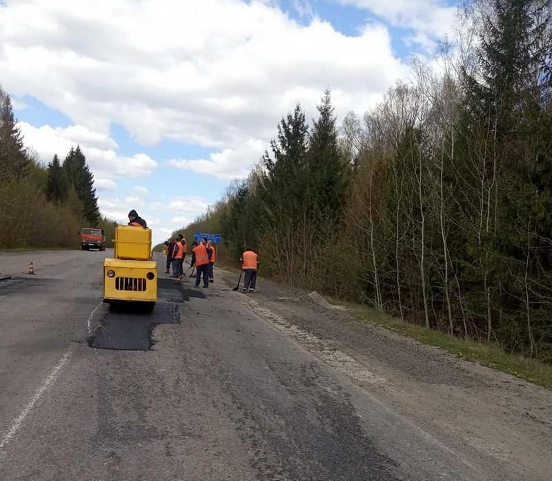 На Вінниччині продовжують ямковий ремонт доріг (Фото)