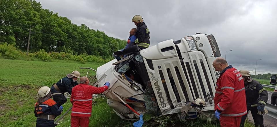 На Немирівському шосе перекинулась вантажівка з олією (Фото)