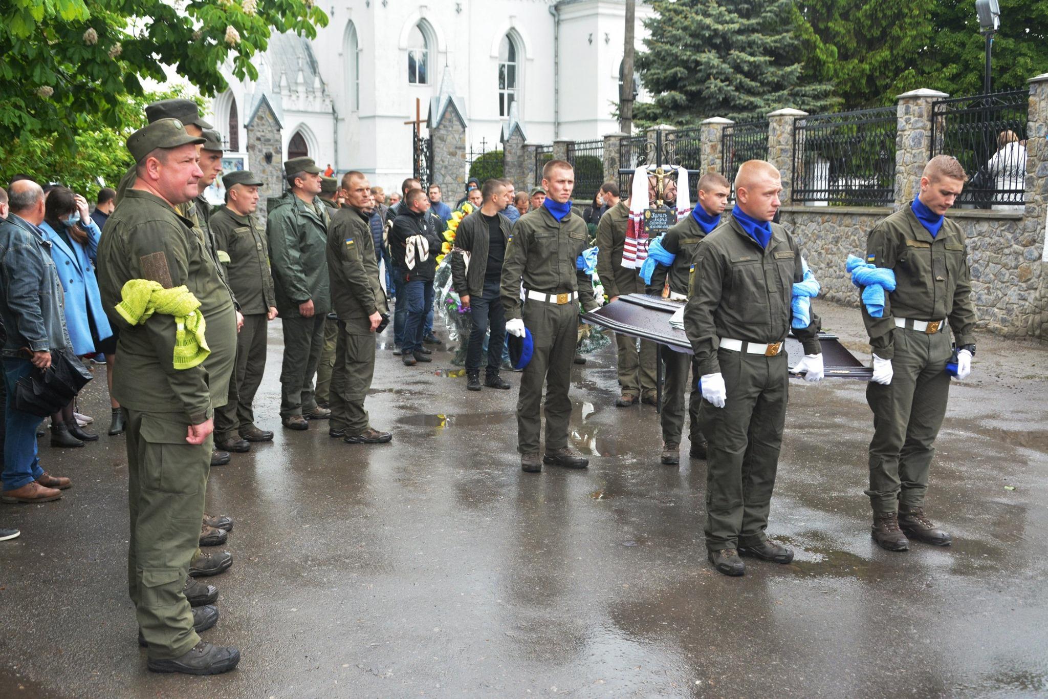 У Барі поховали нацгвардійця, якого знайшли на вулиці Вінниці зі смертельним ножовим пораненням (Фото)