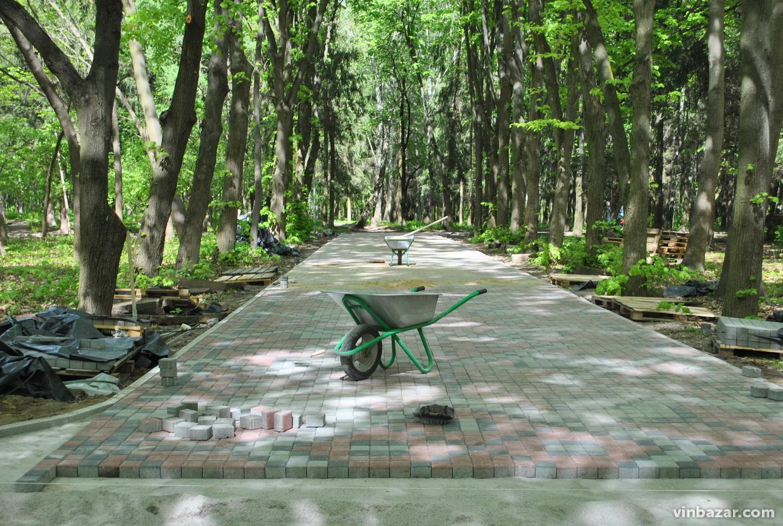 """У парку """"Дружби народів"""" завершують будівництво алеї-вишиванки (Фото)"""