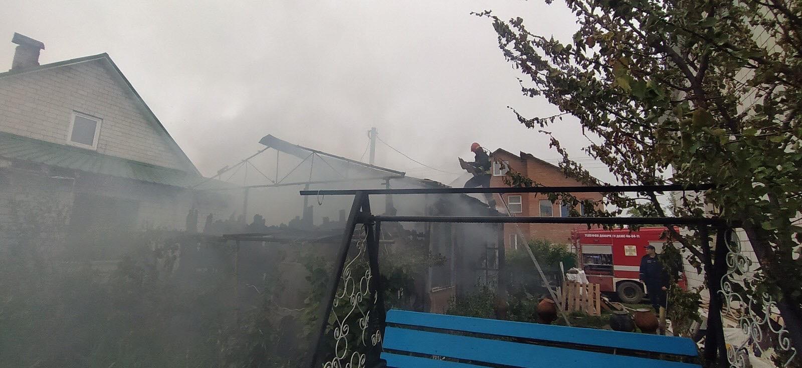 У селищі Десна горіла господарча будівля (Фото)