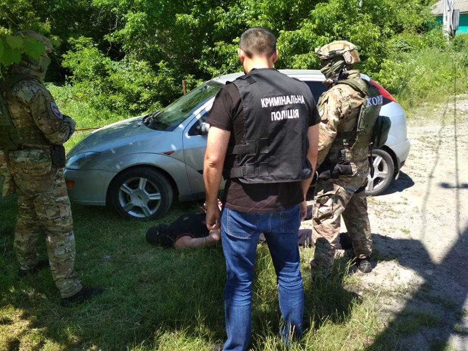 На Вінниччині затримали чоловіка, який підмовив офіцера продати зброю з військового складу (Фото)