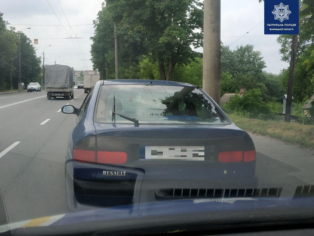 """У Вінниці патрульні зупинили водія Renault """"під кайфом"""". У понятого теж знайшли наркотики (Фото)"""
