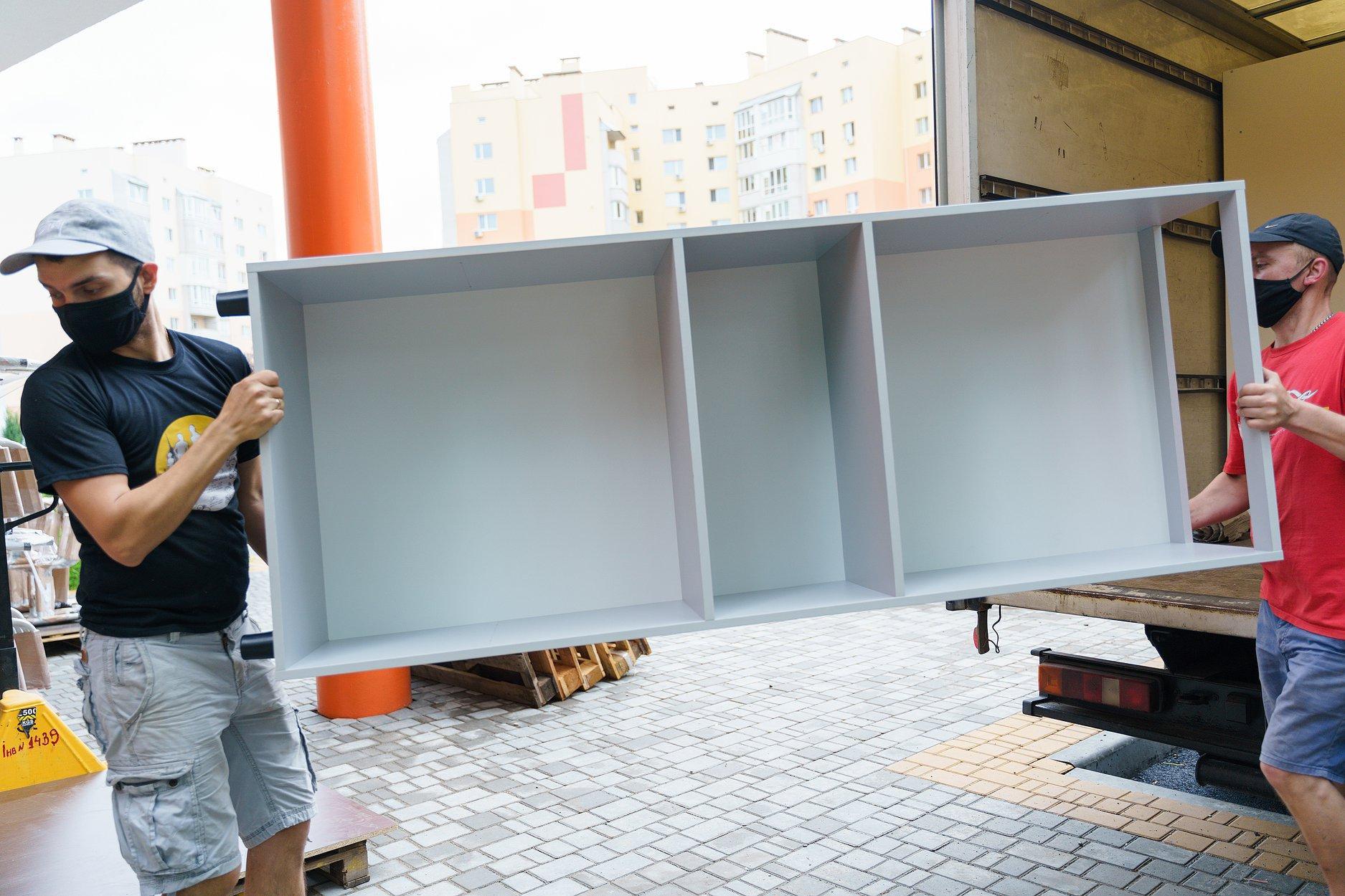 У нову гімназію на Поділлі почали завозити шкільні меблі (Фото)