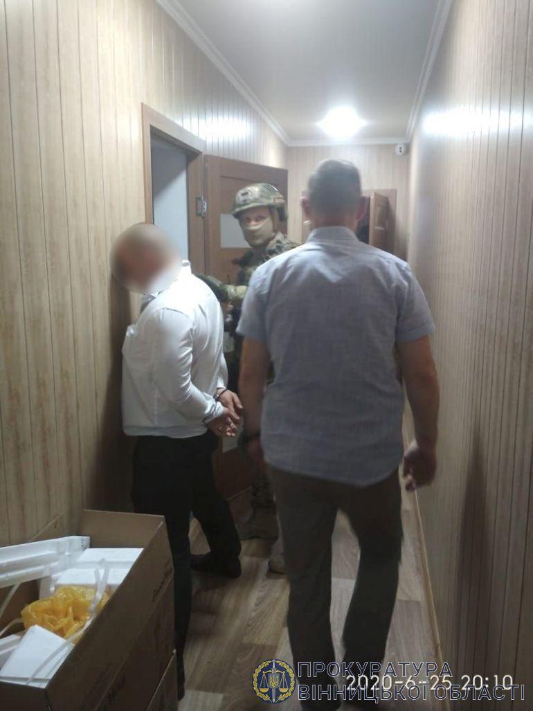 У Вінниці за вимагання затримали зловмисників, які прикривались владними зв'язками з президентом (Фото)