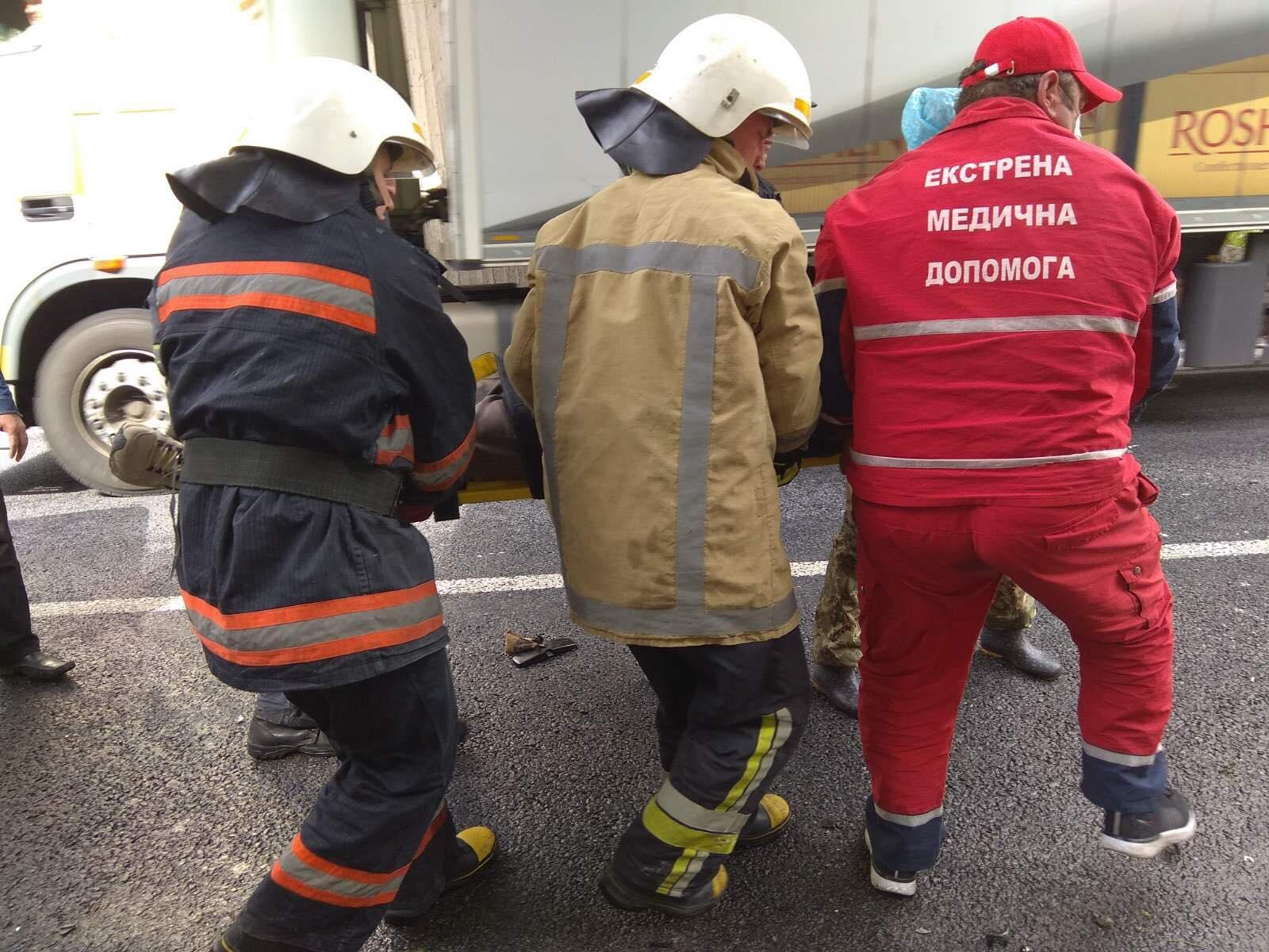 У Козятинському районі водії на Renault Trafic зіткнувся з бетонним мостом (Фото)