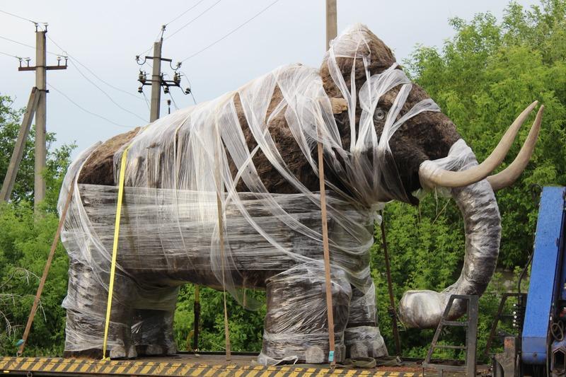 У Чечельницькому районі встановили роботизованого мамонта (Фото)