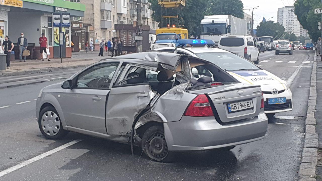 На Київській вантажівка зіткнулась з легковиком та знесла бетонну опору (Фото)