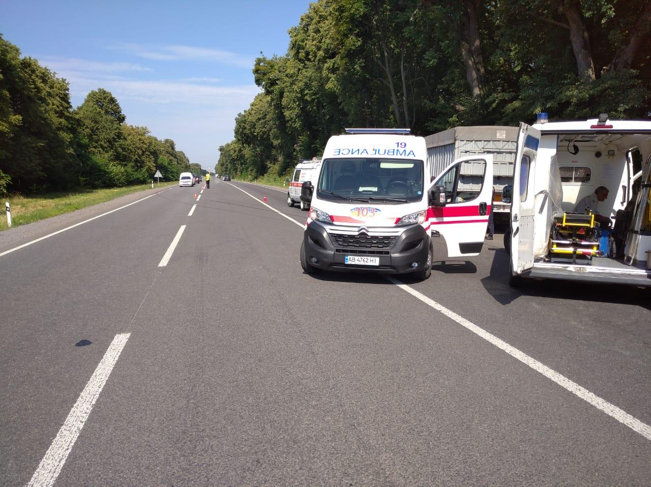 У Немирівському районі легковик зіткнувся з вантажівкою. Є жертва (Фото)