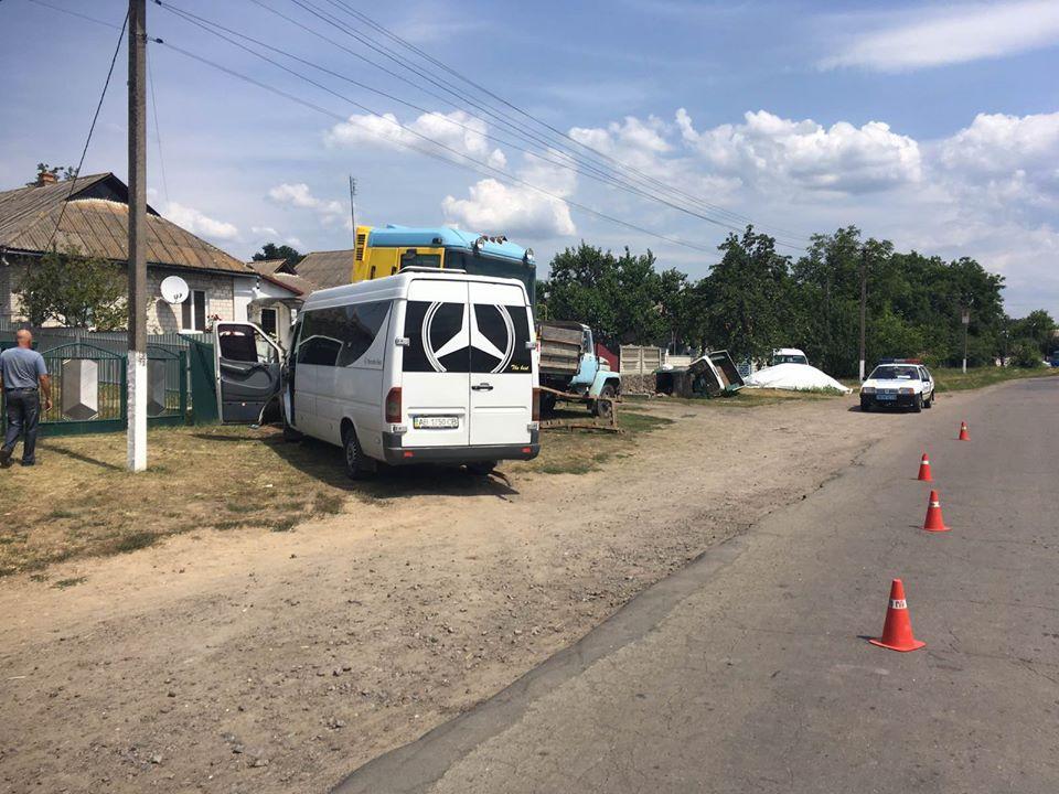 ДТП з постраждалими: на Вінниччині п'яний пасажир маршрутки намагався вирвати кермо у водія (Фото)