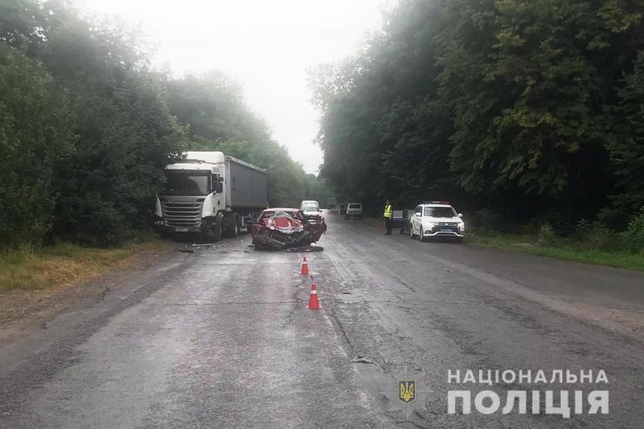 У Барському районі Mazda не розминулася з вантажівкою. Водій загинув (Фото)