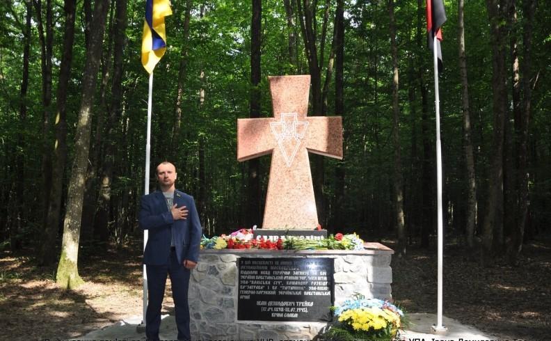 Отаману УНР з Погребища встановили кам'яний хрест у лісі на Житомирщині (Фото)
