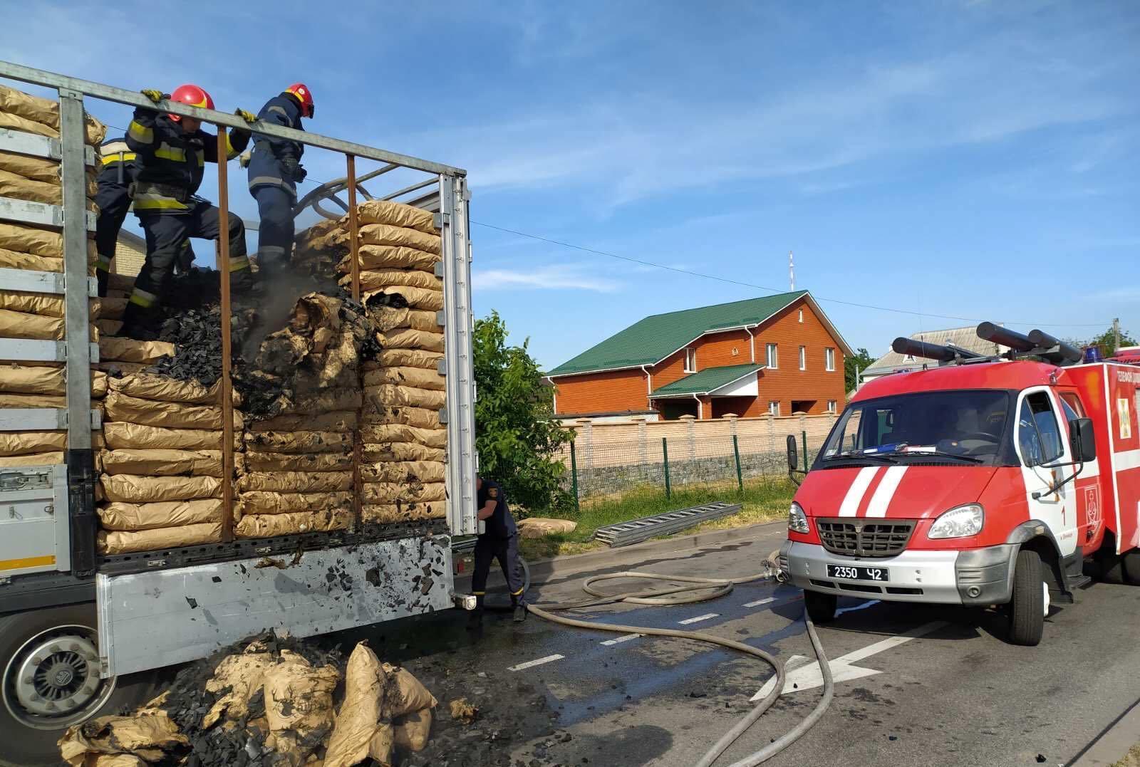 У Зарванцях загорілася вантажівка, яка перевозила деревне вугілля (Фото)