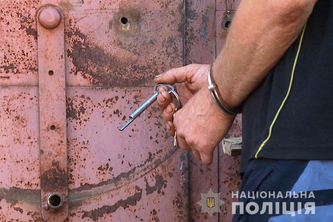 У Жмеринці взяли під варту 52-річного розбещувача дітей. Кількість його жертв встановлюють (Фото)