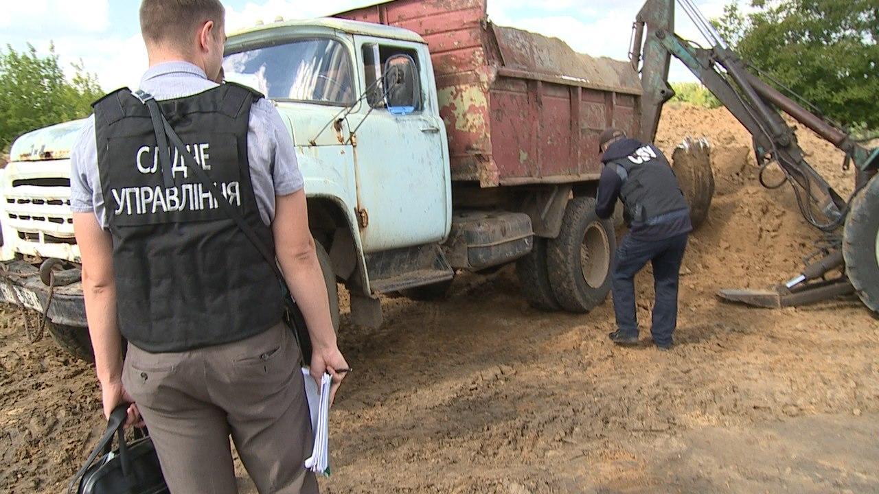 У Хмільнику зупинили роботу цегельного заводу, де незаконно видобували глину (Фото)