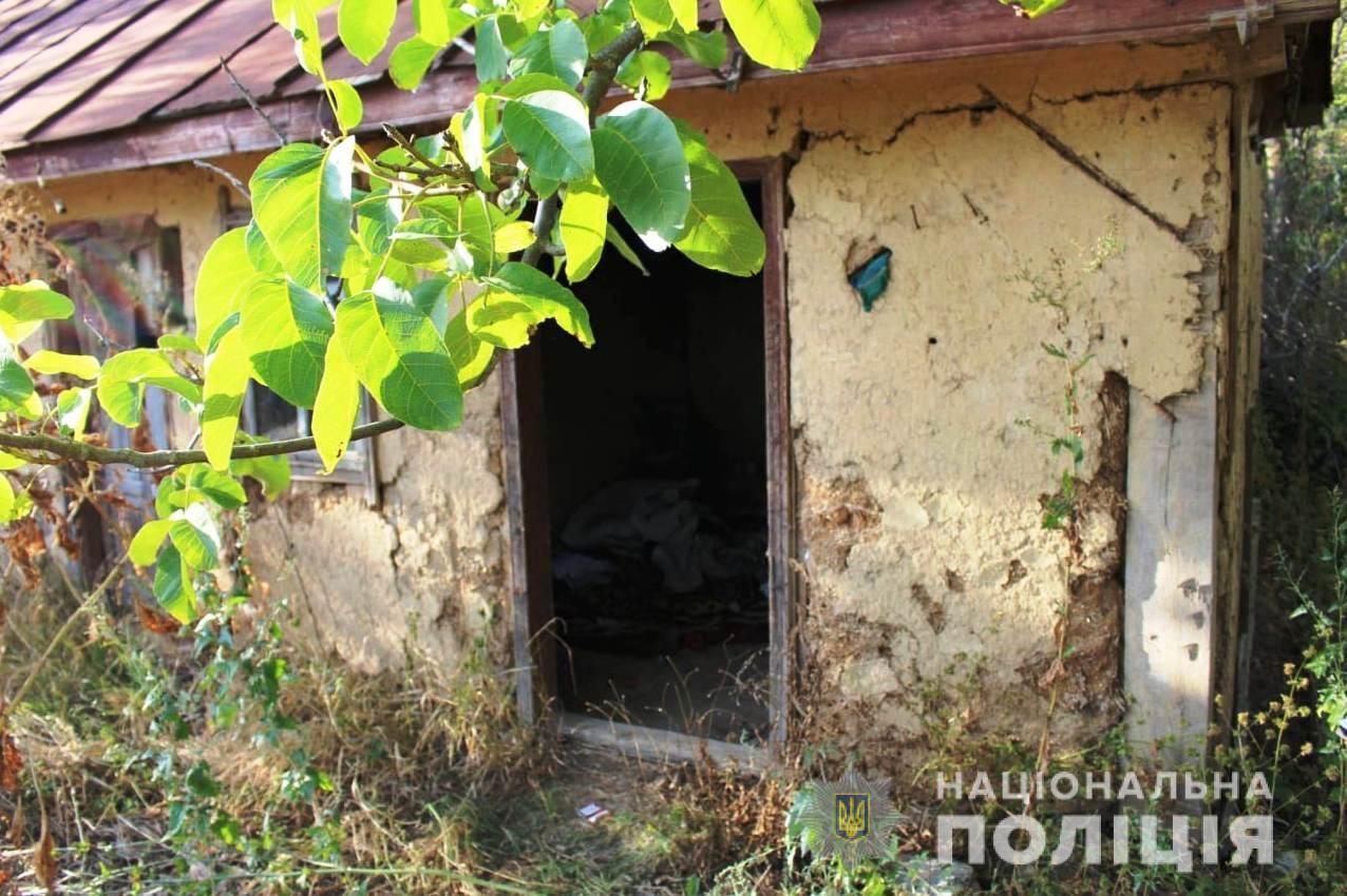 На Вінниччині матір закрила маленьких дітей у закинутому сараї, поки ходила пиячити (Фото)